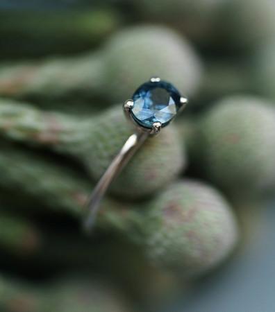 """Каблучка """"БЛИСК"""" з каменем вздовж (камінчик від 4 до 6 мм)"""