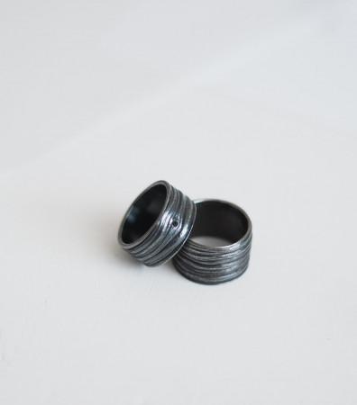 Пара обручок «КЛЕНОВА КОРА» c чорнінням і каменем(10 і 13 мм)