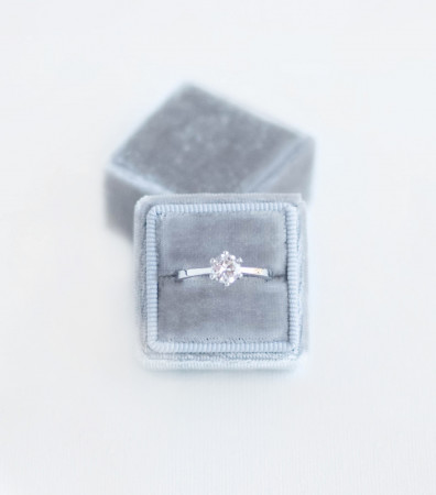 Оксамитова коробочка (для однієї каблучки) сіра
