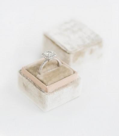 Оксамитова коробочка (для однієї каблучки) кремова